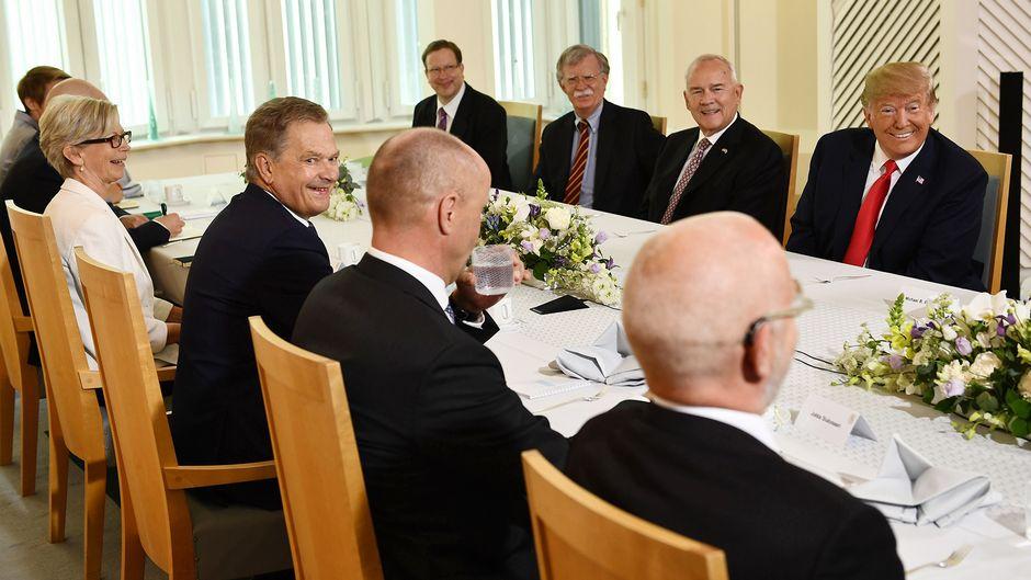 Sauli Niinistö ja Donald Trump aamiaistilaisuudessa Mäntyniemessä.