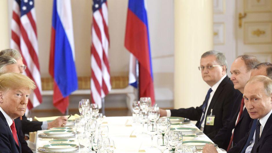 Donald Trump ja Vladimir Putin lounastapaamisella presidentinlinnassa.