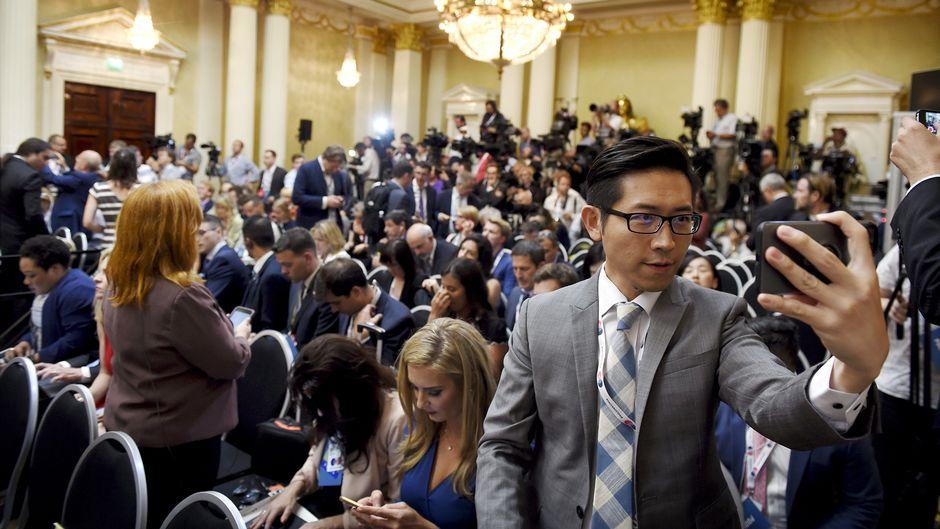 Toimittajat odottavat tiedotustilaisuuden alkua presidentinlinnassa.