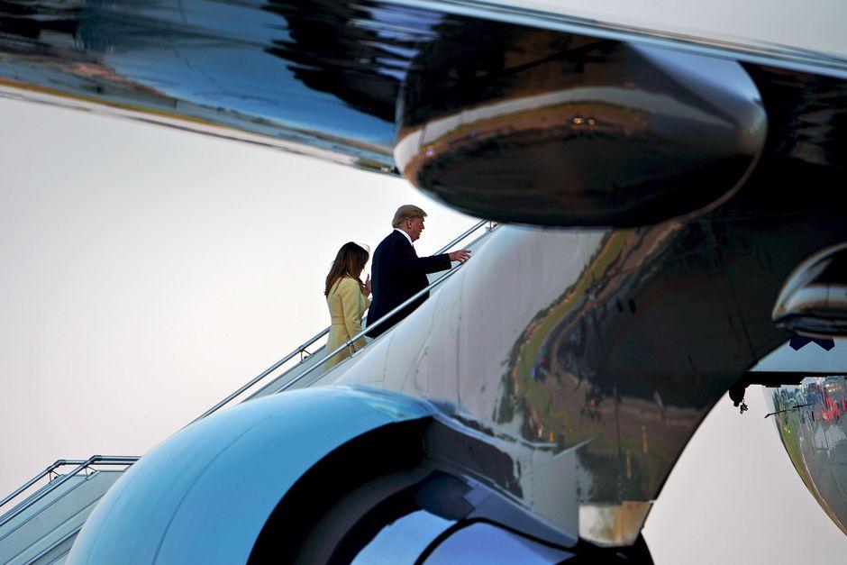 Donald Trump ja Melania Trump nousevat lentokoneeseen Helsinki-Vantaan lentokentällä.