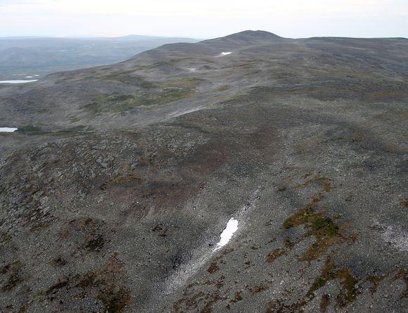 Ilmakuva Kilpisjärven onnettomuuspaikalta, joka on kuvassa keskellä.