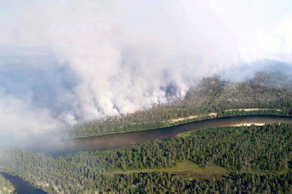 Metsäpaloista syntyvää savua Ratasvaaran alueella Raja-Joosepissa 21. heinäkuuta