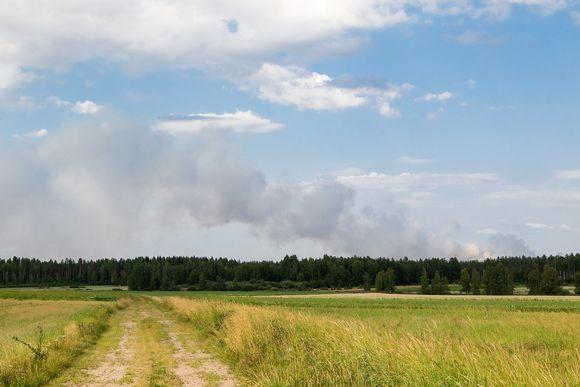 Kuva otettu Karjanlahdelta noin 20 kilometrin päästä palopaikasta.