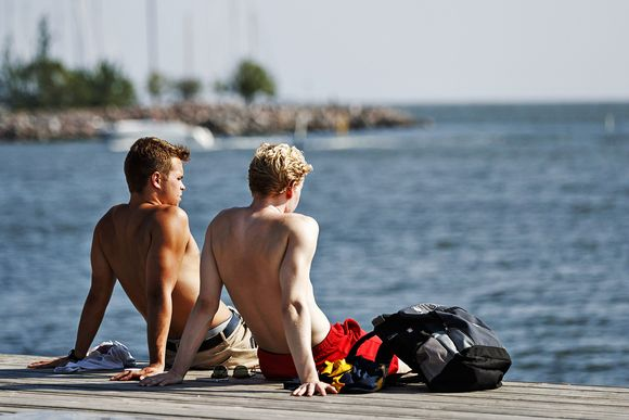 Ihmiset viettävät kuumaa kesäpäivää Eiranrannassa Helsingissä 30. heinäkuuta.