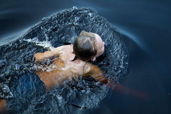 Poika ui järvessä