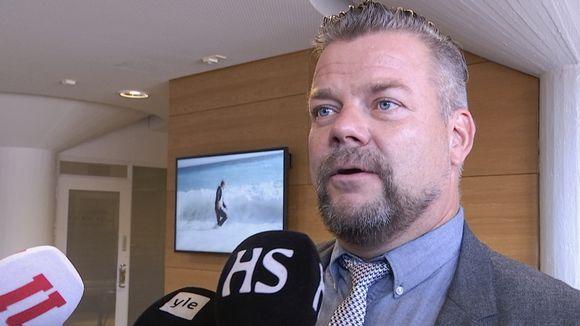 Jari Sillanpää haastattelussa oikeussalin edessä.
