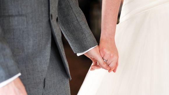 Vihitty mies ja nainen pitelee toisiaan kädestä