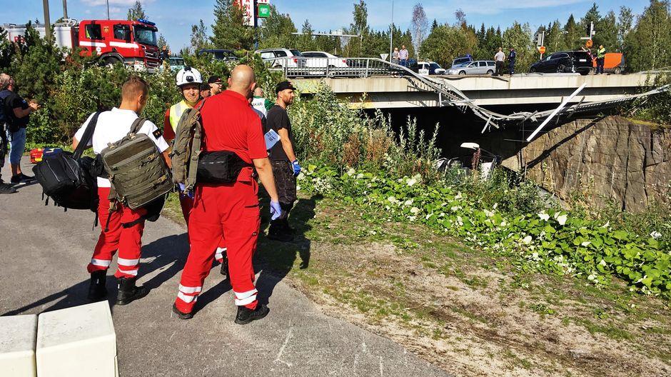 Крупная дорожная авария в Куопио – автобус упал с моста на железную дорогу, по меньшей мере ...