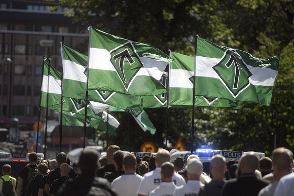 Uusnatsien Pohjoismainen vastarintaliike marssi Turun keskustassa lauantaina 18. elokuuta.