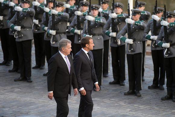 Sauli Niinistö ja Emmanuel Macron tarkastivat kunniavartioston.