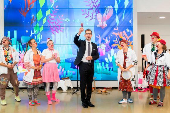 Husin toimialajohtaja Jari Petäjä sairaalaklovnien keskellä Uuden lastensairaalan avajaisissa.