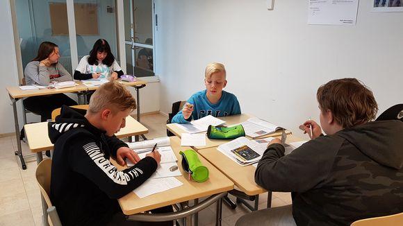 Lapsia opiskelemassa Pelkosenniemen koulun väistötilassa.
