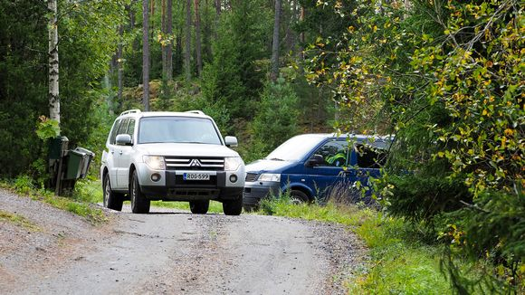 autoja metsätiellä