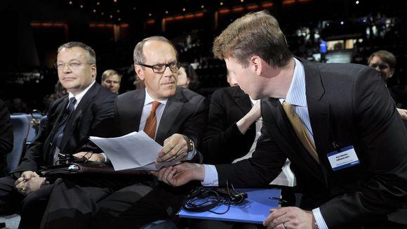 Stephen Elop (vas.), Jorma Ollila (kesk.) ja Risto Siilasmaa kuvattuna Nokian vuotuisessa kokouksessa Helsingissä toukokuussa 2012.