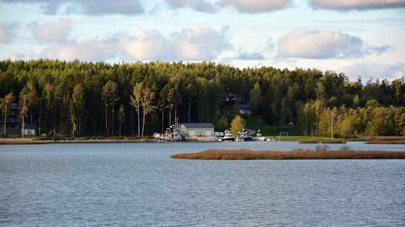 Airiston Helmen Villa Ybbersnäs nähtynä vastarannalta Paraisilla 23. syyskuuta.