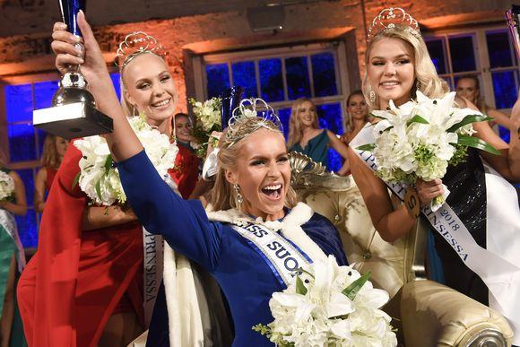 Alina Voronkova kruunattiin Miss Suomi 2018 ja perintöprinsessoiksi valittiin Eevi Ihalainen (oik.) ja Jenny Lappalainen (vas.) Billnäsin ruukilla Raaseporissa 29. syyskuuta