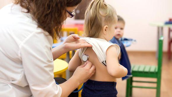 lääkäri kuuntelee lapsen keuhkoja