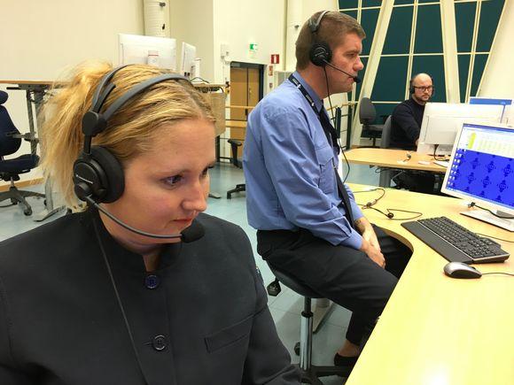 Hätäkeskuspäivystäjä Tuuli Torssonen ja vuoromestari Artturi Jortikka pitävät työstään Keravan hätäkeskuksessa, mutta viime aikoina siitä on tullut aiempaa kuormittavampaa henkilöstöpulan vuoksi.