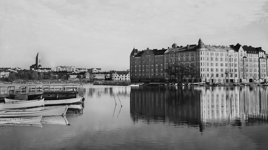 Tuntematon kuvaaja ikuisti Pitkänsillanrannan näkymän vuonna 1920. Miljoonaomaisuuden saanut taloyhtiö sijaitsee katujen kulmassa.