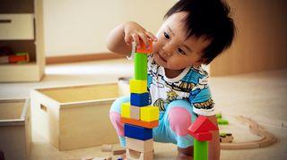Видео: Vuoden ja 10 kuukauden ikäinen Zilin Liu osaa rakentaa hienon palikkatornin.