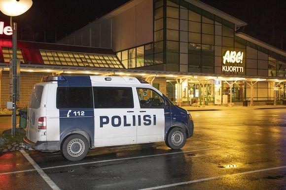 Poliisi ja puolustusvoimat eristivät tutkittavaa aluetta Kuortin ABC-asemalla Pertunmaalla 19. lokakuuta.