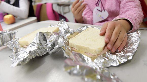 Koululainen syö omia eväitä koluruokailussa Lintuvaaran koulussa Espoossa 22. lokakuuta