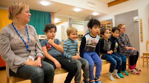 Rautpihan päiväkodin lapsia ja henkilökuntaa Vantaalla.