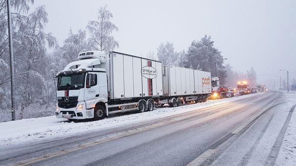 Video: Rekkoja jumissa vt9 Jämsän Juokslahdella menossa Jyväskylän suunnasta kohti Jämsää eli etelään. Henkilöautoliikenne sujuu paikan ohi.