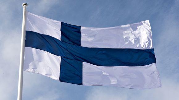 Suomen lippu liehuu salossa.