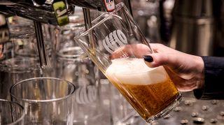 olutta lasketaan tuoppiin