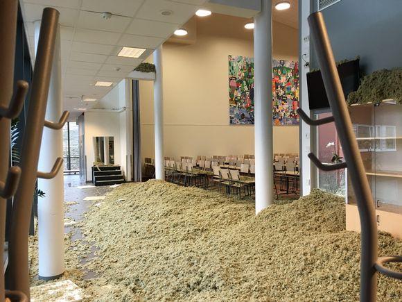 Harjurinteen koulun uuden osan sisäkattoa on romahtanut alas noin 60 neliön verran.