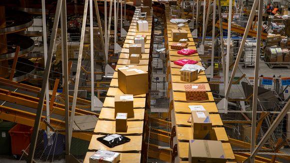 Postipaketteja Helsingin postin lajittelukeskuksessa