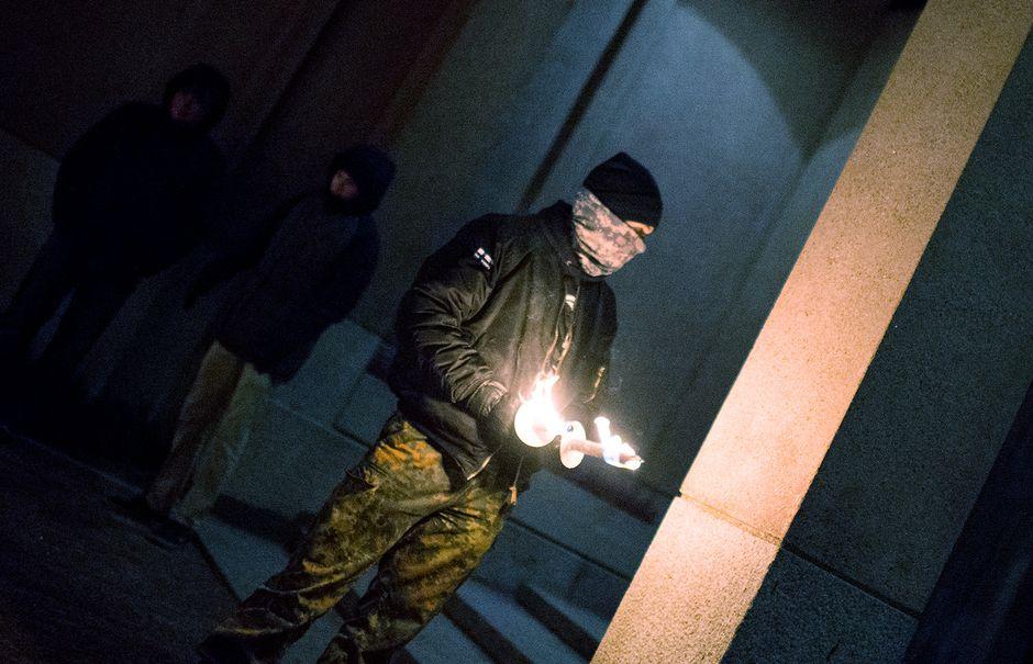 Äärioikeistolaiseen 612-soihtukulkueeseen osallistunut mies.