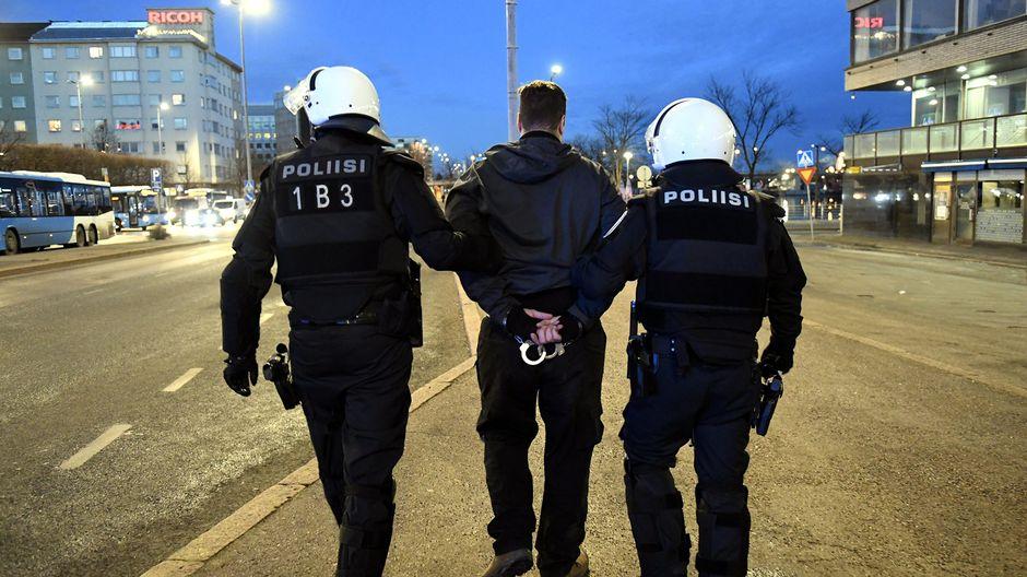 Poliisi teki kiinniottoja uusnatsien Kohti vapautta! -marssin saapuessa Hakaniemeen Helsingissä itsenäisyyspäivänä 6. joulukuuta 2018.