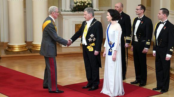Entinen puolustusvoimain komentaja, kenraali Jaakko Valtanen ensimmäisenä vieraana kättelemässä Tasavallan presidentti Sauli Niinistöä ja rouva Jenni Haukiota.