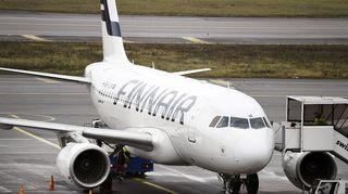 Finnairin Airbus-kone Helsinki-Vantaan lentoasemalla.