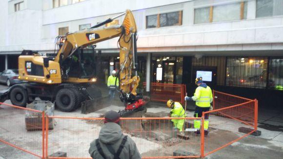 Energiayhtiö Helenin työmiehet kaivavat Finlandia-talon pihassa.