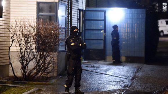 Poliiseja palopaikalla - Helsingin poliisin mukaan Käpylässä Käpyläntien ja Koskelantien risteyksen lähellä syttyi maanantai-iltana 10. joulukuuta 2018 räjähdysmäinen tulipalo, johon liittyen poliisilla on operaatio meneillään.