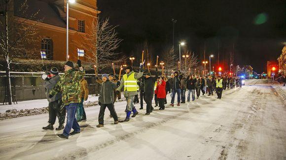 Suomen Kansa Ensin -liikkeen soihtukulkue Oulussa itsenäisyyspäivänä.