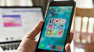 Sosiaalisen media appeja älypuhelimen näytöllä.
