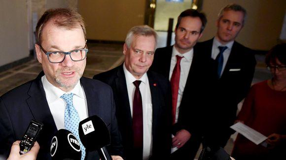 Juha Sipilä puhui medialle eduskuntapuolueiden puheenjohtajien ilmastokeskustelun jälkeen eduskunnan valtiosalissa Helsingissä.