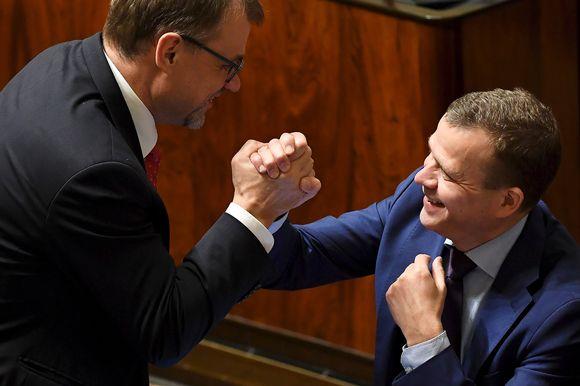 Juha Sipilä ja Petteri Orpo löivät kättä tänään edukunnan täysistunnossa.