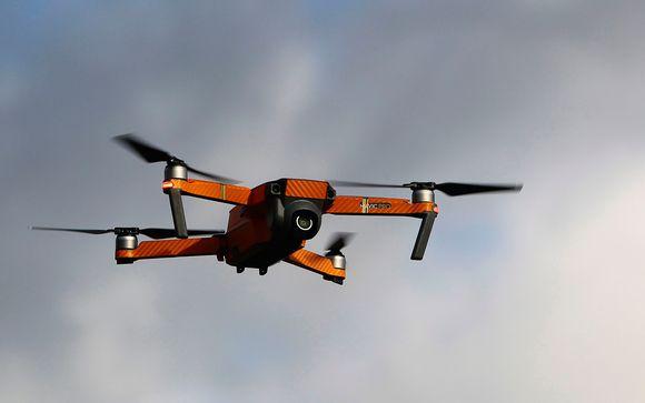 oranssi drone taivaalla