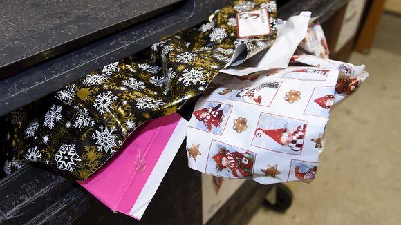Joululahjapapereita roskiksessa.