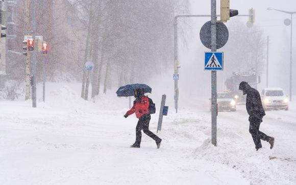 Ihmisiä lumimyräkässä.
