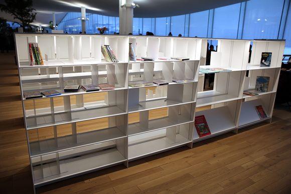 Tyhjiä hyllyjä Oodin kirjastossa Helsingissä.