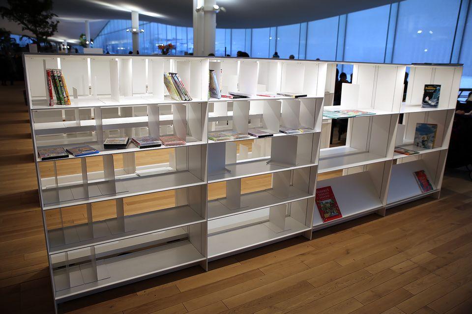 Bibliotecas Oodi con estanterías vacías