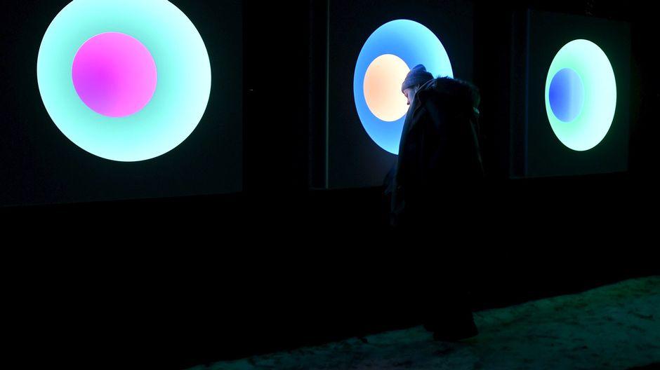Alexander Salvesenin Relations of Colour -teosta Lux Helsinki -valofestivaalin ensimmäisenä päivänä Hanasaaressa Espoo 5. tammikuuta.