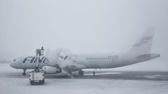 Lentokonetta valmistellaan Ivalon kentällä.