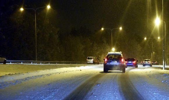 Luminen aamu liikenteessä Espoon Tuomarilassa